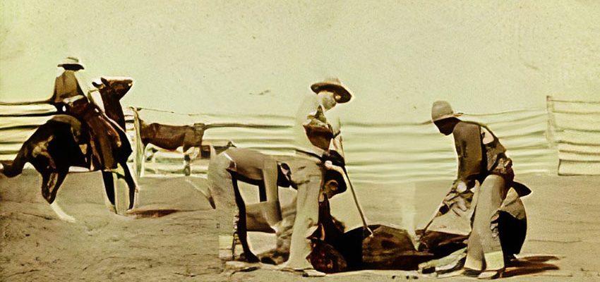 cowboys uit het wilde westen die hun koeien brandmerkten met hun uniek ontworpen ijzeren brandmerk